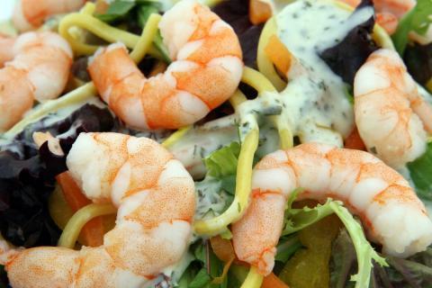 Un plato con marisco