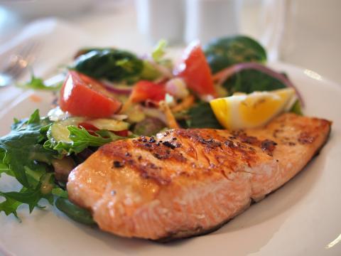 Un plato de salmón