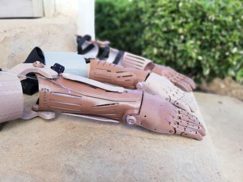 Estas son las prótesis 3D (trésdeis) que fabrica Guillermo Martínez