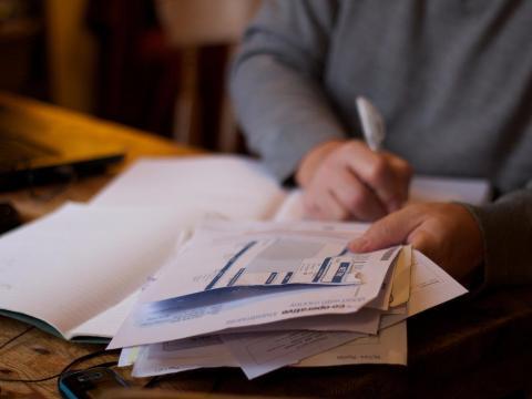 Evitar acumular intereses sobre el dinero prestado puede ser difícil pero vale la pena priorizar el pago de tus deudas.