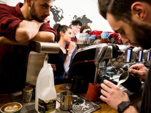 Considera pertenecer al programa de fidelización de tu cafetería favorita.