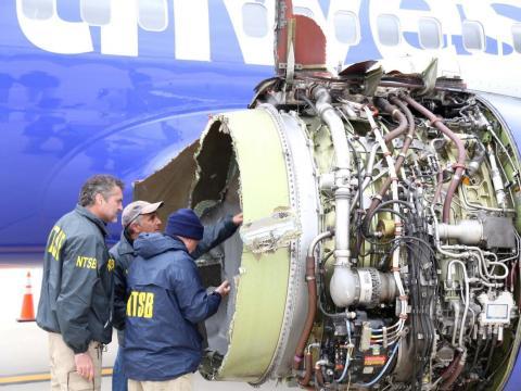 Investigadores revisan el motor afectado por la explosión.