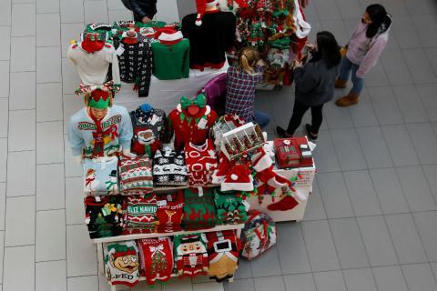 Un stand con regalos con motivos navideños