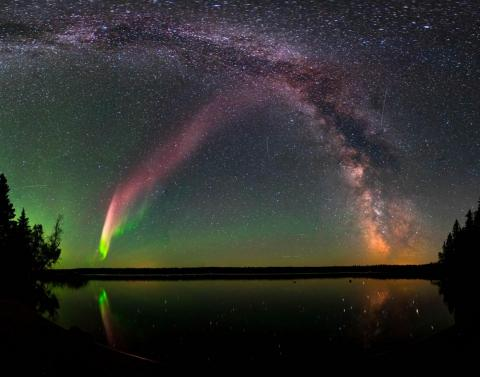 STEVE o Strong Thermal Emission Velocity Enhancement, con la Vía Lactea en Childs Lake, Manitoba, Canadá.