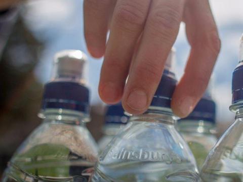 Hay alternativas más baratas que comprar una botella de agua todos los días.
