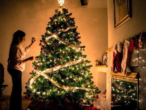 Un árbol de navidad decorado.