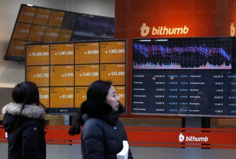 Los valores de las criptomonedas se ven en un Bithumb, la mayor tienda de compraventa de criptomonedas de Corea del Sur