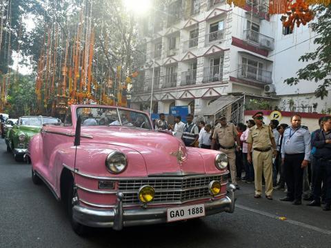 Los coches de época transportaban a los invitados durante la procesión nupcial.