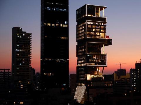 El lugar de la boda fue la casa de la familia Ambani en Mumbai: un rascacielos de lujo de 27 pisos cuya construcción costó aproximadamente mil millones de dólares.