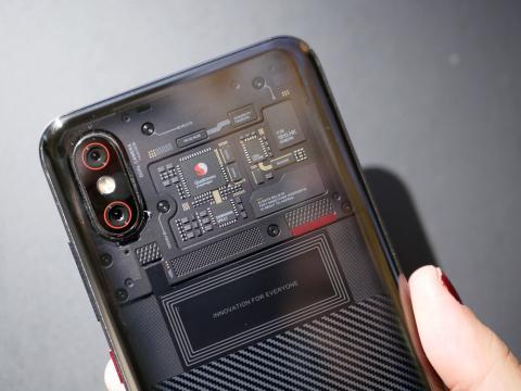 El exterior del Xiaomi Mi 8 Pro es de lo más original