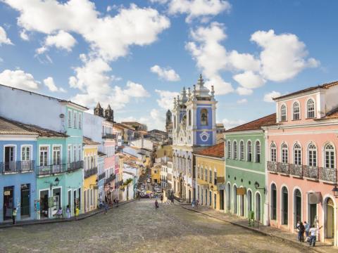 Las calles de Salvador están llenas de edificios color pastel.
