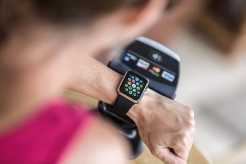 Un cliente paga con el servicio Apple Pay mediante su reloj inteligente. Getty