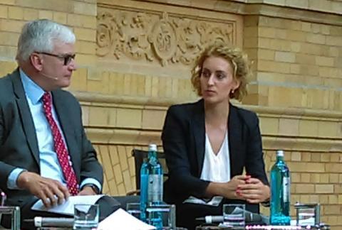 Flavia Kleiner (derecha).