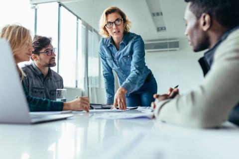 La CEO de una empresa habla con sus empleados