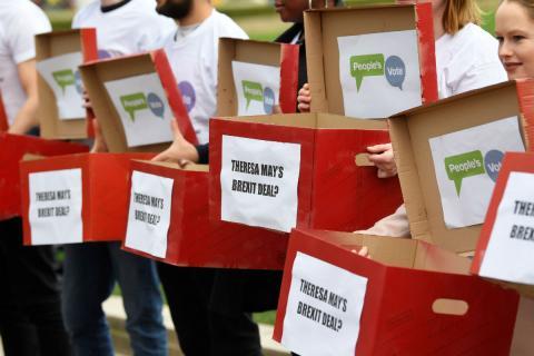 Manifestación del grupo People's Vote con urnas ficticias.