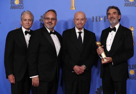 """Michael Douglas, Al Higgins, Alan Arkin y Chuck Lorre posan con su premio a la mejor Serie de Televisión, Musical o Comedia por """"El Método Kominsky""""."""