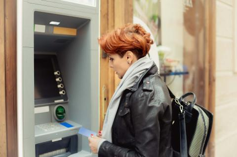 Mujer sacando dinero de un cajero automático