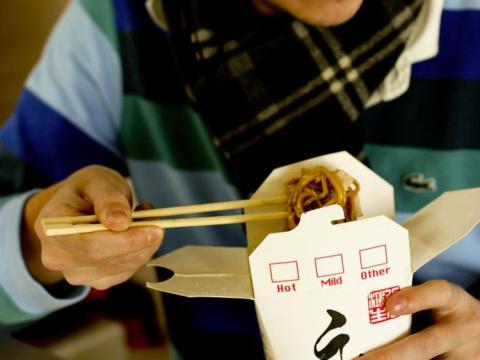 No calientes la comida china en su envase de cartón