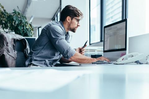 Un programador en su trabajo