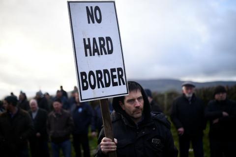 Un protestante contra la frontera entre Irlanda del Norte e Irlanda.