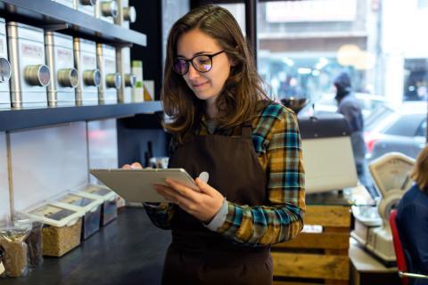 Una empleada en una cafetería