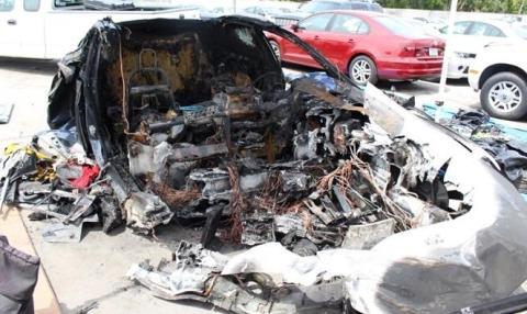 Después de que el coche fuera remolcado a un depósito, la batería del Tesla se incendió de nuevo.