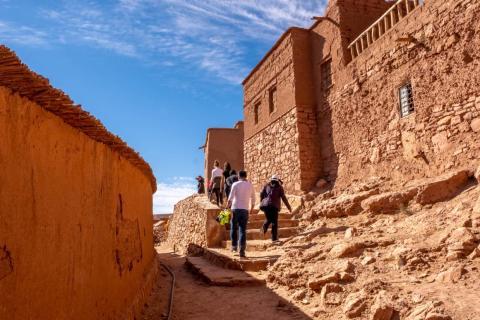 Ait Ben Hadu se encuentra a lo largo de una importante ruta comercial norteafricana que en el pasado transportaba oro, plata, especias y, lamentablemente, esclavos desde Sudán y África Oriental, a través del Sahara, hasta Europa.