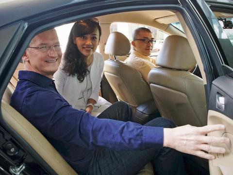 Apple CEO Tim Cook and Didi Chuxing's Jean Liu take a car in China.
