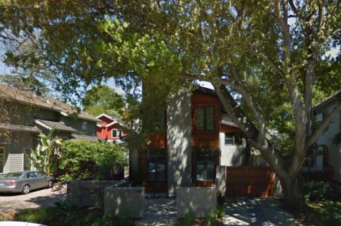 Tim Cook, CEO de Apple, vive modestamente: compró esta casa de 223 metros cuadrados en Palo Alto, California, en 2010 por menos de 2 millones de dólares.
