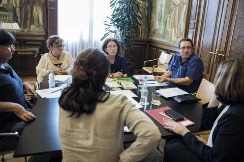 La alcaldesa de Barcelona, Ada Colau, recibe a los representantes de la Asociación de Afectados por la Talidomida