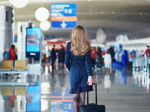 Azafata en aeropuerto