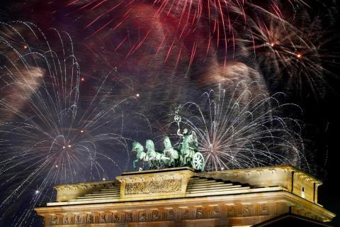 Fuegos artificiales sobre la escultura de la Cuadriga en la puerta de Brandenburgo durante las celebraciones de Año Nuevo en Berlín, Alemania, el 1 de enero de 2019.