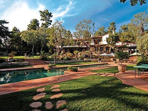 Esta es la mansión de estilo español de Bezos en Beverly Hills, que compró en 2007 por 24,45 millones de dólares.