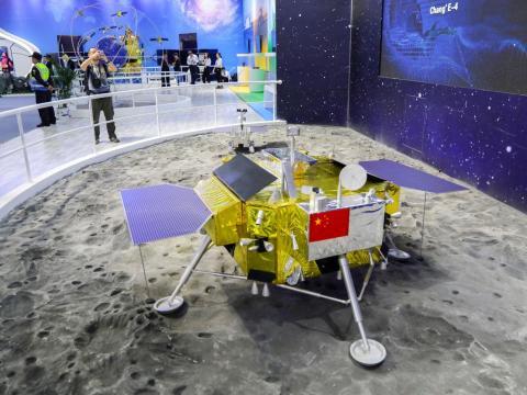 Un modelo a tamaño real del módulo de aterrizaje y el vehículo lunar Chang'e 4 de China se exhibe en el Salón Aeronáutico de Zhuhai el 6 de noviembre de 2018.