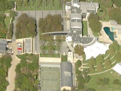 En comparación, la casa de la familia Dell, fuera de Austin, Texas, se parece más a un complejo que el resto de las moradas de sus homólogos multimillonarios.