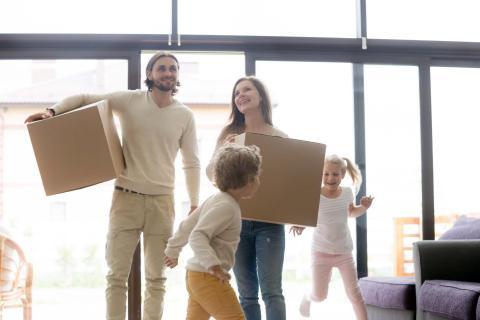 Jóvenes comprando una casa o piso