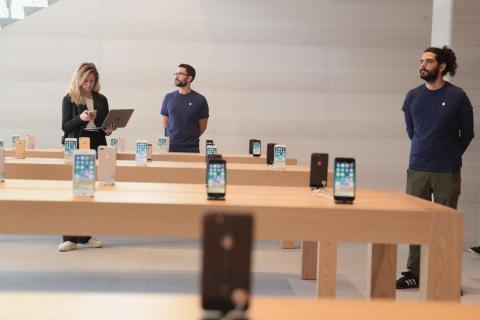 Consumers are taking longer to upgrade to new iPhones.