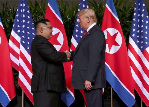 Una imagen del primer encuentro entre l líder de Corea del Norte, Kim Jong-un, y el presidente de EE.UU., Donald Trump