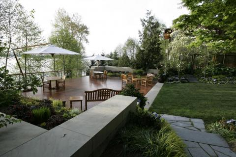 Of course, it has a spectacular view of Lake Washington.<br>The house has a 23-car garage, six kitchens, 24 bathrooms, and a reception hall that can accommodate 200 guests.