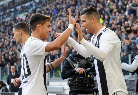 Cristiano Ronaldo de la Juventus celebra con Paulo Dybala luego de marcar su primer gol