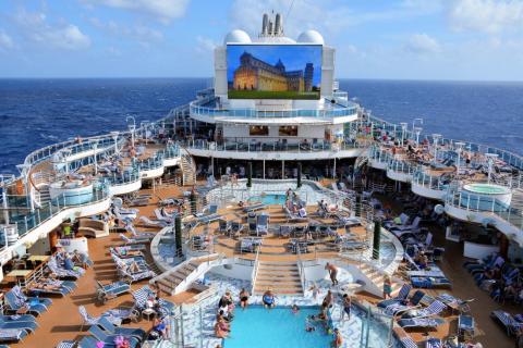 Algunas líneas de cruceros tienen piscinas separadas para diferentes grupos según la edad.