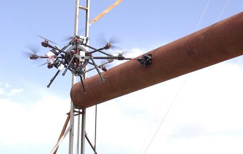 Un dron de Aeroarms inspeccionando maquinaria.