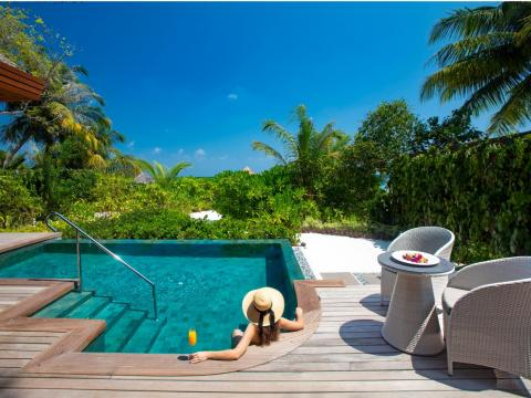 Each suite also comes with its own private infinity swimming pool and both a hot and cold Jacuzzi. Couples who stay in a Baros Suite receive a private transfer to and from the resort by luxury yacht and a bottle of Champagne on