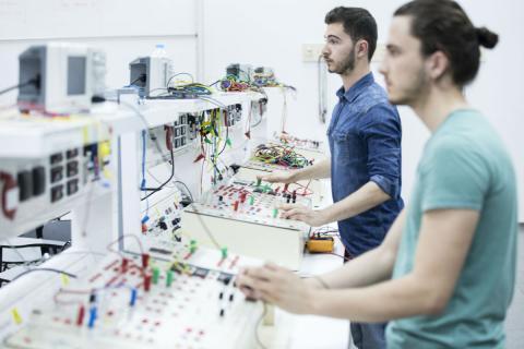Dos estudiantes de Formación Profesional en un laboratorio de electrónica