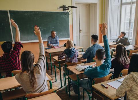 Unos alumnos de secundaria participan en una clase