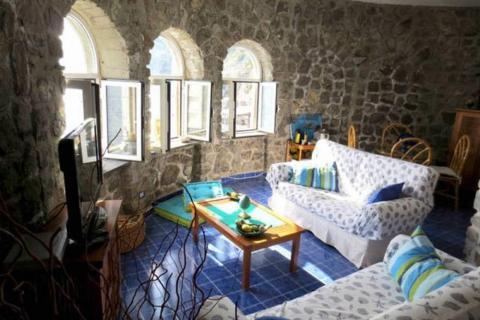 Hasta cinco personas pueden alojarse en la casa de estilo mediterráneo.
