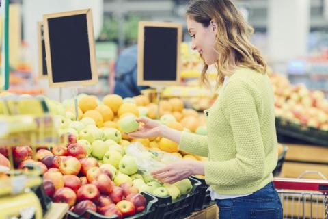 Mujer comprando frutas.
