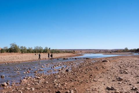 Para llegar al ksar, tienes que cruzar el río. Pero la mayor parte del río estaba seco cuando lo visité en enero, así que no fue demasiado difícil.
