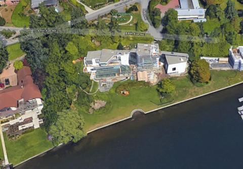 """Su casa es conocida como Villa Simonyi, o la """"Casa Windows 2000"""", porque tiene 2.000 ventanas."""