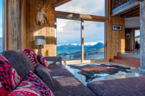 Desde las habitaciones de la casa, los visitantes pueden ver el lago y las montañas de alrededor.